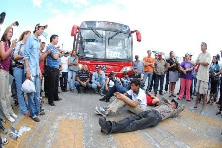 Bloquean carril confinado al sistema de transporte colectivo. FOTO: Proceso.
