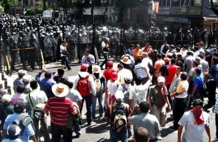 Profesores de la CNTE se manifiestan afuera de la Cámara de Diputados