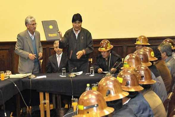 Bolivia promulga ley que recupera tierras concesionadas a mineras