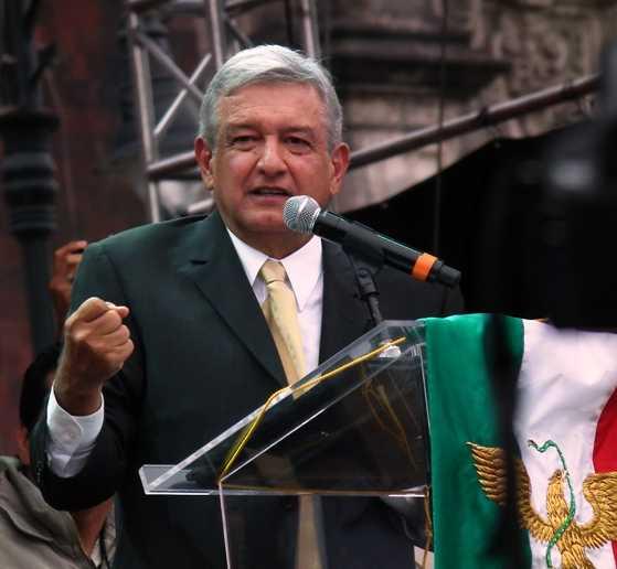AMLO celebra cumpleaños luchando por la defensa de México