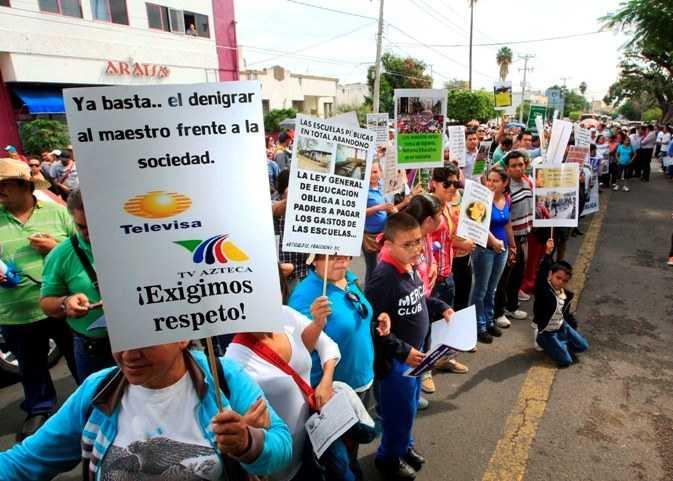Manifestación de Maestros que rechazan la reforma educativa fuera de las instalaciones de Televisa, marcharon hasta el palacio de gobierno y  congreso del estado en el centro de la ciudad