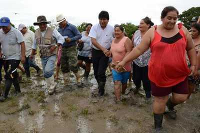 Evo Morales colabora directamente en labores humanitarias
