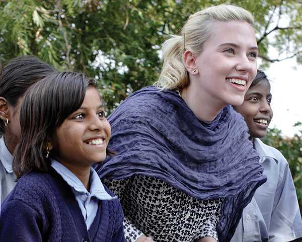 Scarlett Johansson realizando ttrabajo humanitario para Oxfam