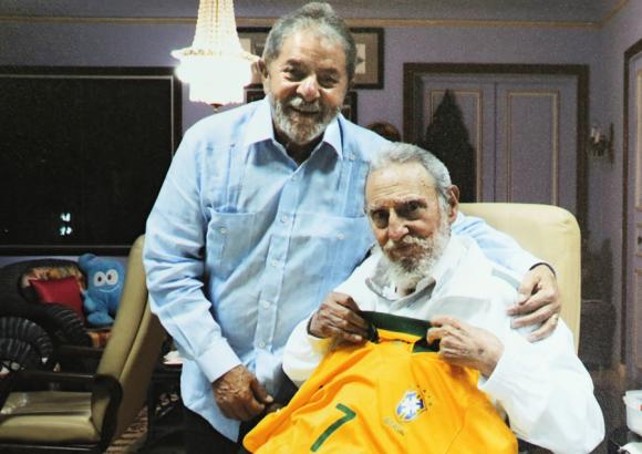 Lula regala camiseta de la selección de Brasil a Fidel y Raúl Castro
