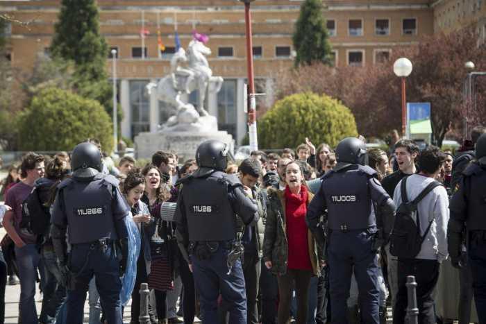 Jóvenes españoles se manifiestan por un futuro digno