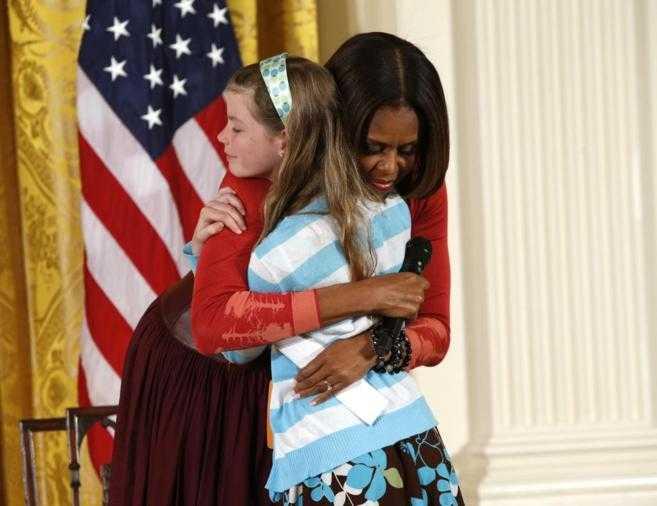 Niña entrega Michelle Obama el currículum de su padre desempleado