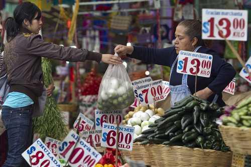 Familia mexicana sólo puede comprar 34% de la canasta básica