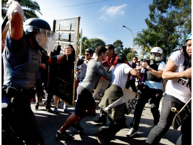 Chocan manifestantes y policías en Sao Paulo a unas horas que inicie el Mundial