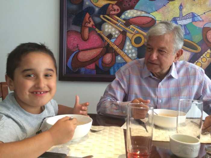 AMLO comiendo con su hijo más pequeño