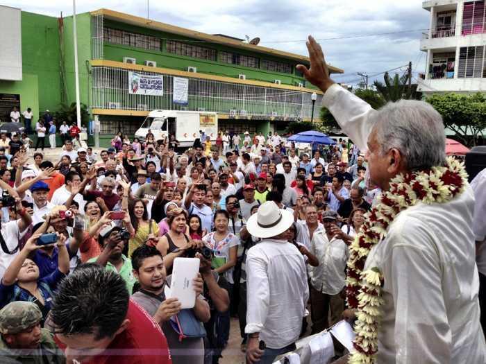 Cómplices y traidores, legisladores que apoyaron el gasolinazo: AMLO