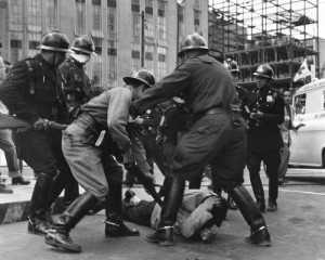 Represión a maestros, obreros petroleros y ferrocarrileros en la glorieta de El Caballito, en agosto de 1958, del archivo de Rodrigo Moya
