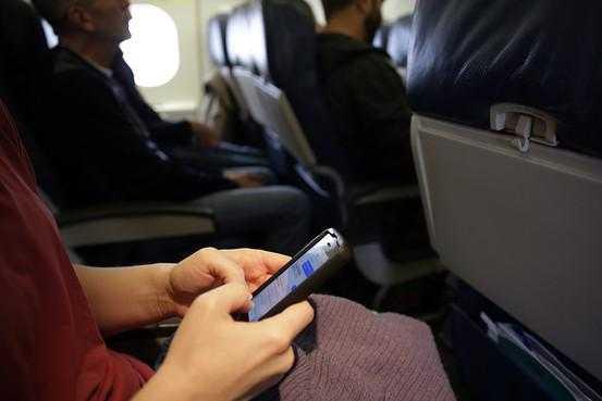 Estados Unidos prohíbe llevar dispositivos electrónicos apagados y sin batería