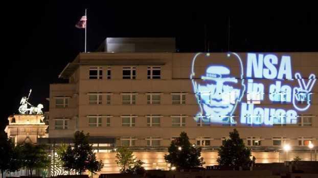 Alemanes proyectan la cara de Obama en la embajada de EU en Berlín