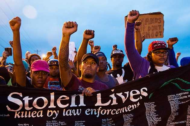 Estados Unidos: Policía dispersa a manifestantes durante el toque de queda en Ferguson