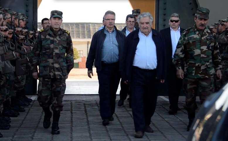 Mujica visita calabozo en el que estuvo preso un año