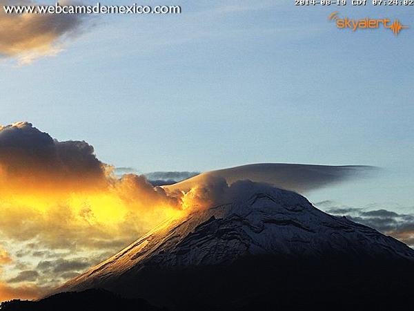 Volcán Popocatépetl con fumarola dorada y nube lenticular al amanecer
