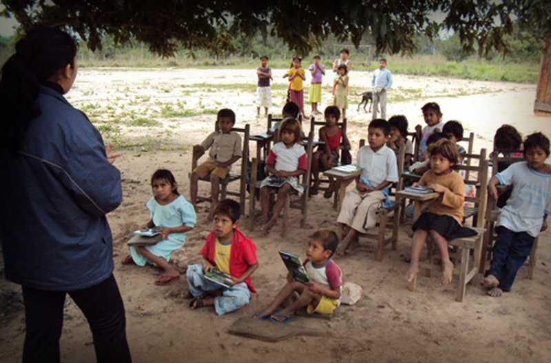 100 mil niños recibirán clases en salones de cartón y varas