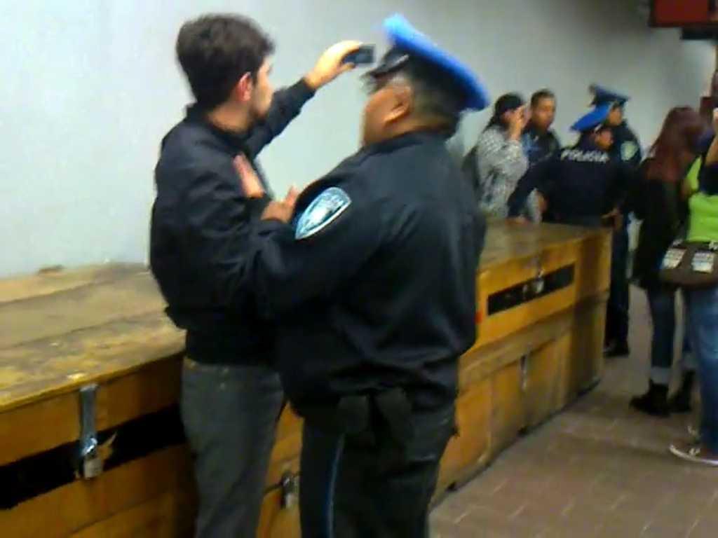 Por grabar abuso policiaco, ciudadano es detenido