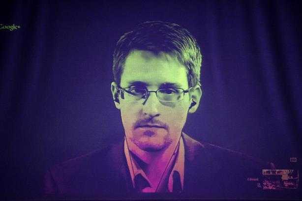 El exanalista estadounidense Edward Snowden en una videoconferencia con parlamentarios europeos, el 24 de junio de 2014 desde Rusia, donde vive desde hace un año, y visto desde el Consejo Europeo, en Estrasburgo