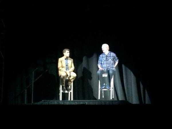 Julian Assange asistió a un conferencia como holograma 3D