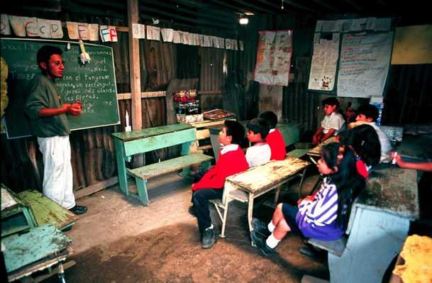 D/27/CHALCO,EDOMEXJUL1999.- Escuela primaria Nezahualc?yotl en Av. Solidaridad. Foto: Rodolfo Valtierra/Cuartoscuro