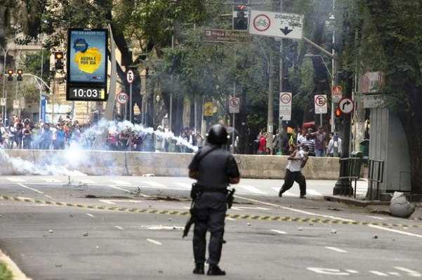 """Policías desalojan violentamente a ciudadanos """"sin techo"""" en Brasil"""