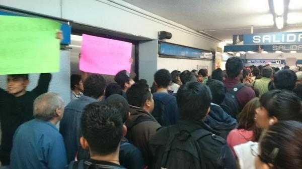 Así la llegada para participación en marcha politécnica metro normal  (foto: Coordinadora1DMX)