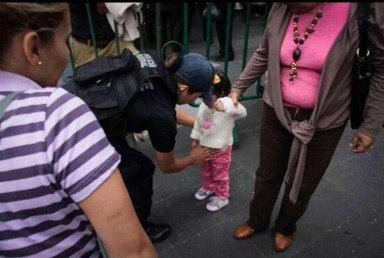 Fotos: policías revisan a los niños y niñas en el Zócalo
