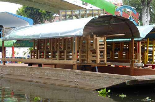 Presentan en Xochimilco trajinera hecha de PET