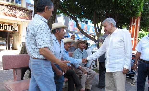 """Peña Nieto realiza """"una robadera sin límite"""", denuncia López Obrador"""