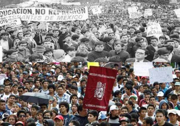 M�XICO, D.F., 30SEPTIEMBRE2014.- Miles de estudiantes del Instituto Politecnico Nacional, Marcharon del Casco de Santo Tomas rumbo a la Secretaria de Gobernación en demanda a la abrogación del reglamento del Plan de Estudios. FOTO: RODOLFO ANGULO /CUARTOSCURO.COM