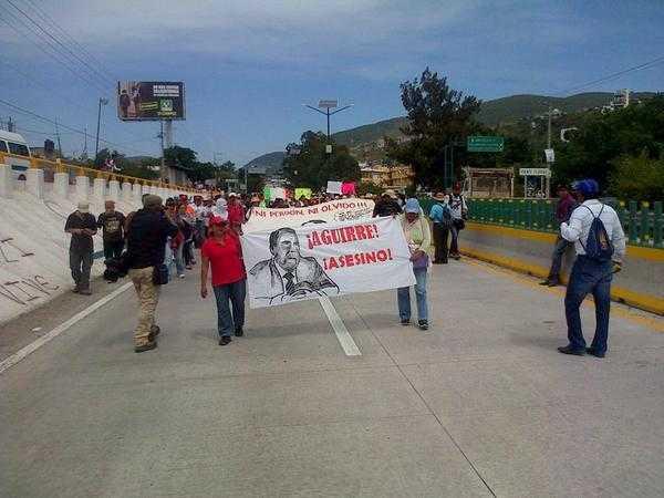 Estudiantes y familiares marchan en la Autopista del Sol para exigir la aparición de 43 normalistas
