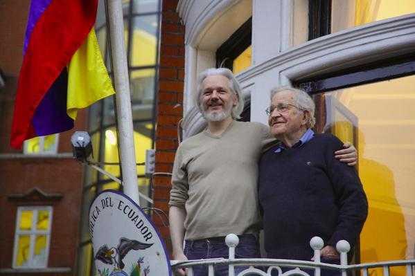 Noam Chomsky visita a Julian Assange en Londres