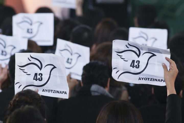 Politécnicos exigen justicia para Ayotzinapa ante Emilio Chuayffet