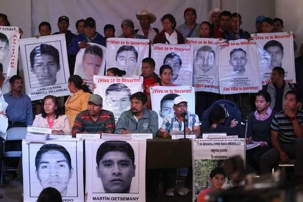 Ejército y policías los responsables de la desaparición de los 43: Padres de familia