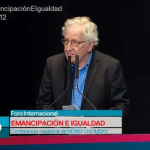 Gobierno de EU considera a población el principal enemigo: Noam Chomsky