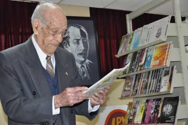 Con gran fuerza, maestro de 100 años sigue trabajando en el IPN