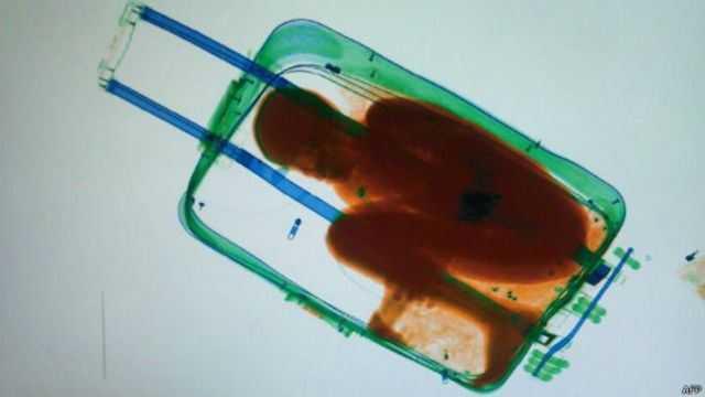 Niño de África intenta cruzar a Europa dentro de una maleta