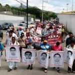 Padres de Ayotzinapa marchan por Autopista del Sol