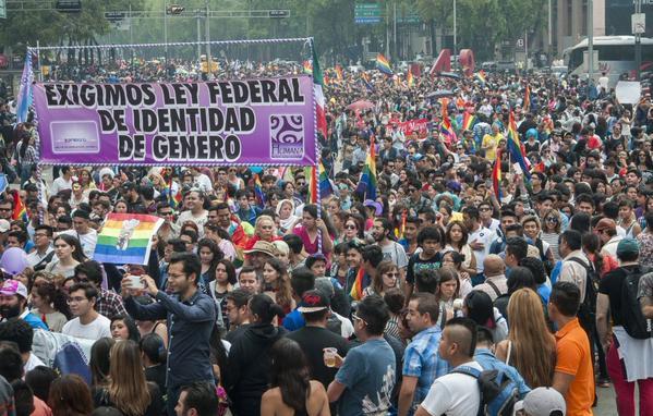 Miles en la marcha del orgullo gay por la igualdad de derechos