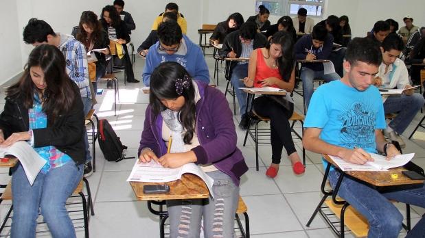 Aspirantes de bachillerato acusan de fraude a la UNAM por error en exámenes