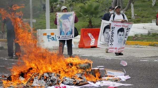 CNTE quema oficinas de partidos en Tuxtla