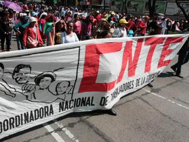 Marchan miles de maestros contra reforma en Oaxaca