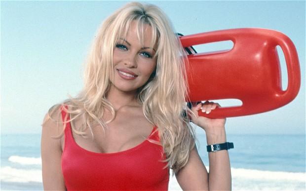 Defiende Pamela Anderson independencia de Cataluña