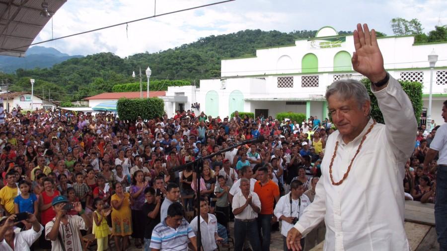 Con dinero del pueblo, Peña Nieto se llevó 400 gorrones a Francia: AMLO