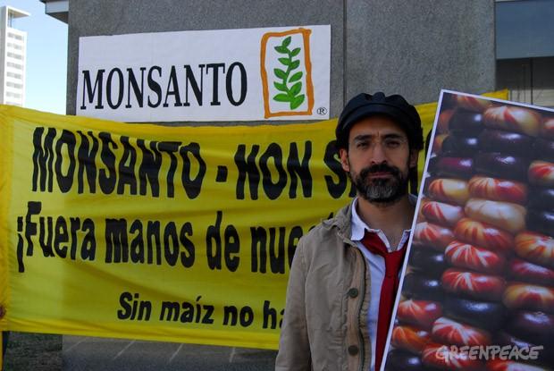El actor Bruno Bichir protestando contra Monsanto