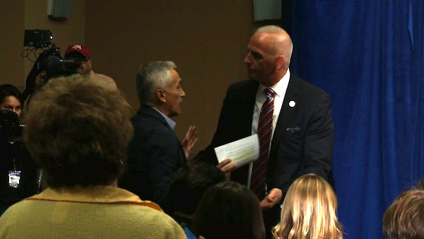 Donald Trump expulsa a Jorge Ramos de conferencia de prensa