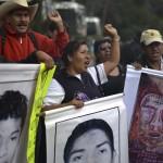 Familiares de Ayotzinapa piden firmar petición para que expertos internacionales sigan en México