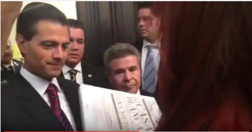 Regalan el libro 'La Casa Blanca de Peña Nieto' a Enrique Peña Nieto (video)