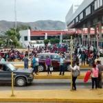 Maestros de Guerrero toman la caseta de la Autopista del Sol y dan libre acceso a vehículos
